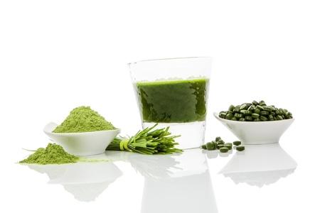 녹색 약, 녹색 분말, 녹색 음료와 밀 잔디 블레이드 흰색 배경에 고립입니다. 클로렐라, 스피루리나, 밀 잔디, 보리 잔디. 건강 천연 허브 의학, 건강 한  스톡 콘텐츠