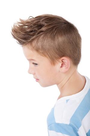 Charmante koele jongen met moderne kapsel op een witte achtergrond.