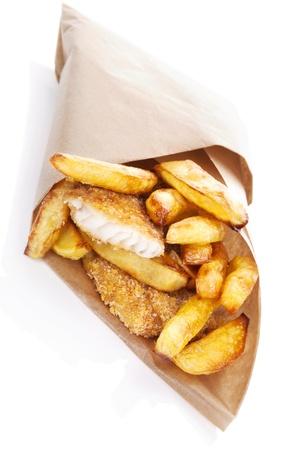 fish and chips: Pez dorado delicioso y patatas fritas en bolsa frente. Ingl�s alimentaci�n tradicional. R�pida no saludable y la comida chatarra.
