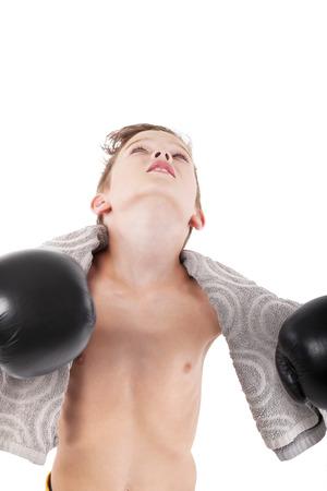 ni�o sin camisa: Campe�n joven. Muchacho encantador con guantes de boxeo y toalla mirando hacia arriba aislados en fondo blanco.