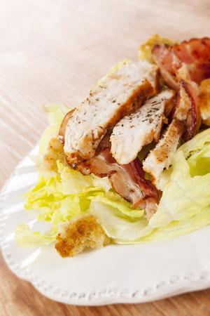 plato de ensalada: Culinario delicioso plato de ensalada con la carne de la barbacoa en rodajas. Alimentaci�n saludable Culinario.