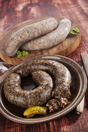 Blutwurst und Reis Wurst auf Holzuntergrund. Kulinarische traditionelle europäische Essen, rustikalen Stil.