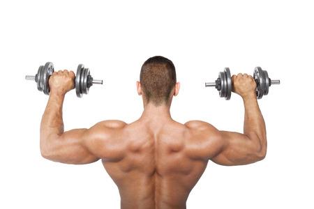 salud y deporte: Culturista sosteniendo mancuernas Sexy sin camisa, vista posterior. Salud, deporte y fitness.