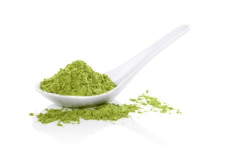 흰색 숟가락에 Wheatgrass 분말 흰색 배경에 고립입니다. 자연 해독, 건강한 생활. 대체 의학.