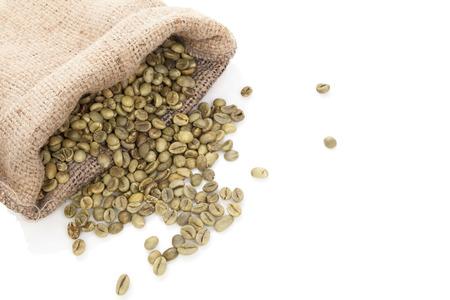 삼베 자루에 녹색 커피 콩 흰색 배경에 고립입니다. 체중 감소, 건강 기능 식품 및 해독.