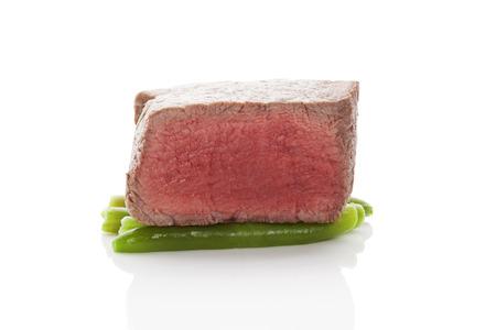 carne roja: Entrecot de ternera. Solomillo grande en jud�as verdes aisladas sobre fondo blanco. Culinario carne roja carne comer. Foto de archivo