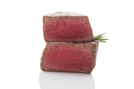 carnes rojas: Entrecot de ternera. Filete grande con hierbas frescas aisladas sobre fondo blanco. Culinary comer carne roja.