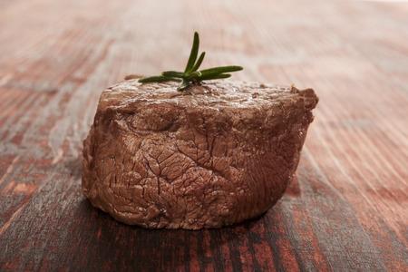 carne roja: Filete grande en el fondo de madera. Filete Culinario comer carne roja. Entrecot de ternera.