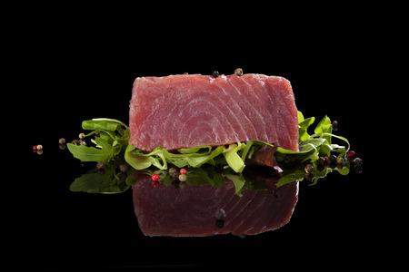 Heerlijke tonijn steak met salade en kleurrijke peperkorrels. Rauwe tonijn steak, sashimi sushi.