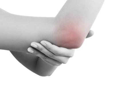 강조 표시 된 통증 영역, 팔꿈치 통증에 닫습니다. 흰색 배경에 고립 된 그녀의 팔꿈치를 잡고 여성 손. 만성 통증 개념.