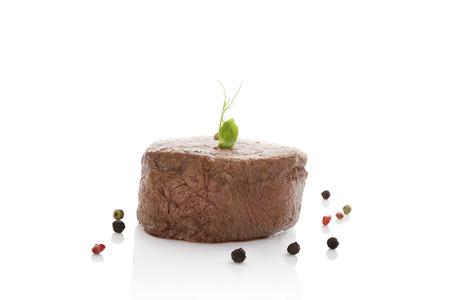 carnes rojas: Filete fresco de lujo con pimienta de colores aislados sobre fondo blanco. Culinario comer carne roja. Foto de archivo