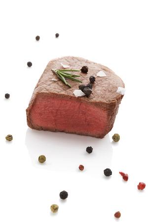 carne roja: Bistec con pimienta romero y colorido aislado sobre fondo blanco. Culinario comer carne roja.