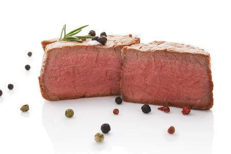 carnes rojas: Bistec con pimienta romero y colorido aislado sobre fondo blanco. Culinario comer carne roja.