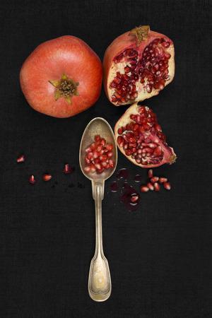super cross: Fondo Granada fresca. N�cleo de la granada en el fondo negro, vista desde arriba. Saludable comer fruta.