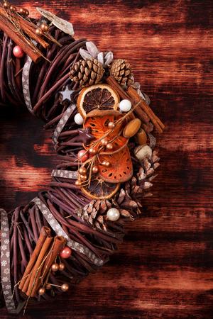 advent wreath: Corona de Adviento en el fondo de madera con copyspace. La decoraci�n de Navidad.