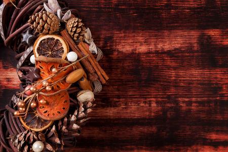 advent wreath: Hermosa corona de adviento en el fondo de madera marr�n. Feliz Navidad. Decoraci�n X mas.