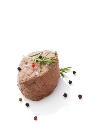 carne roja: Bistec aislado en fondo blanco con colorido pimienta. Culinario comer carne roja.