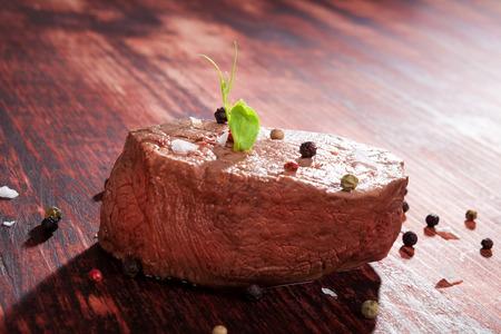 carne roja: Solomillo de lujo en el fondo de madera con pimienta y hierbas. Culinario comer carne roja. Filete Gourmet. Foto de archivo