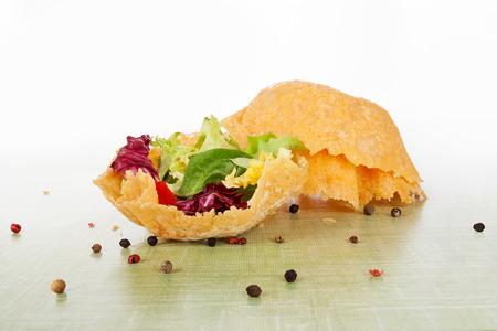 culinair: Gemengde salade in parmigiano kaas mand. Culinaire gezond eten.