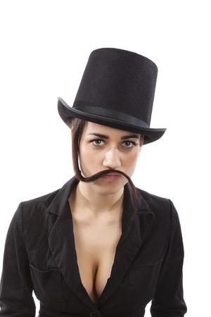 feminismo: Chica joven hermosa con el sombrero negro y un vestido negro con el bigote de pelo. La discriminaci�n femenina en el lugar de trabajo y el feminismo.