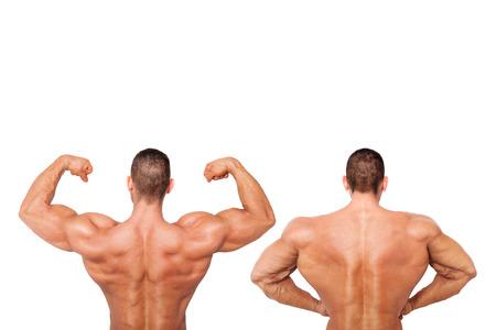 salud y deporte: Culturista descamisado atractivo que muestra el b�ceps y mostrando gran espalda y el hombro. Salud, deporte y fitness. Foto de archivo