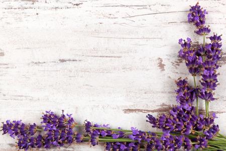 Lavendel op witte houten antieke geweven achtergrond, bovenaanzicht Stockfoto