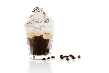filiżanka kawy: Kawa z bitą śmietaną na białym tle.