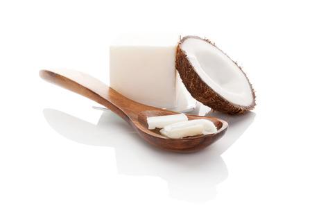 Kokos olie op een witte achtergrond.