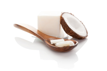 noix de coco: L'huile de coco isolé sur fond blanc. Banque d'images