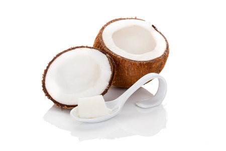 coconut oil: L'olio di cocco isolato su sfondo bianco. Culinary, cosmetici, cucina sana e mangiare, medicina alternativa.