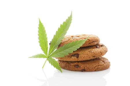 hemp: Chocolate Chip Cookies mit Marihuanablatt isoliert auf weißem Hintergrund Lizenzfreie Bilder