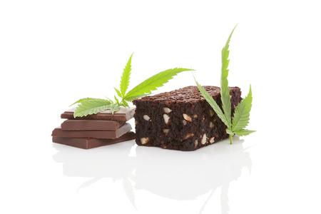 Cannabis chocolade en cannabis brownie met ganja blad geïsoleerd op een witte achtergrond.