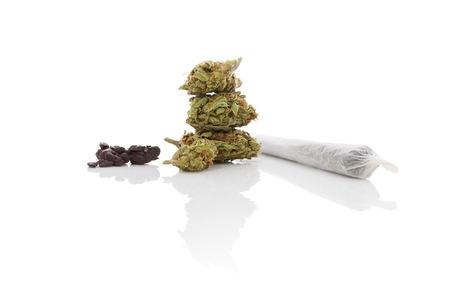흡연 마리화나. 대마초 남용. 마리화나 꽃 봉 오리, 해시, 및 흰색 배경에 고립 된 압연 된 조인트.