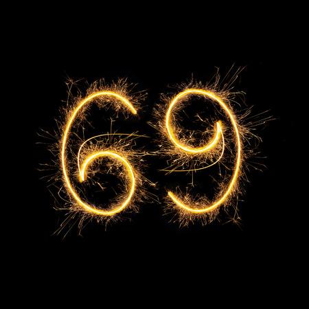 position love: Nombre 69 en chiffres mousseux isol� sur fond noir. Symbole de la position sexuelle 69.