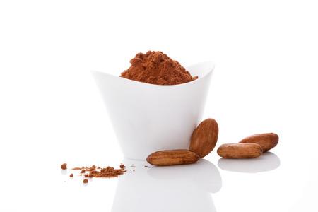 Los granos de cacao y cacao en polvo en el fondo blanco. súper alimento saludable.