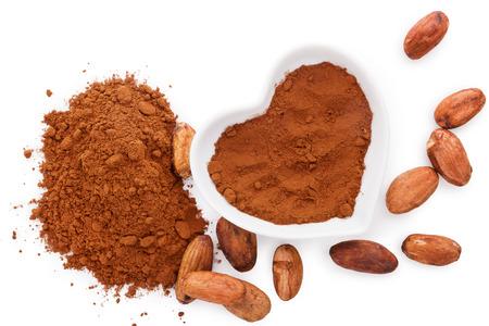 Fasola kakaowa i kakao w proszku na białym tle, płaskie świeckich. Zdrowe odżywianie.