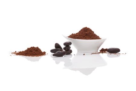 Cacao en grano y cacao en polvo sobre fondo blanco. Superalimento saludable