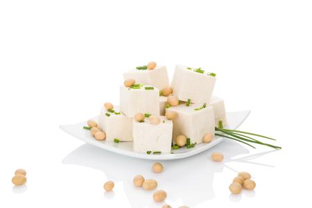 Culinaire tofu eten. Tofu op een witte achtergrond.