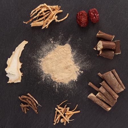 Asian medical herbs, alternative medicine. Aswagandha, ginseng, jujube, korean angelica, milk vetch, oriental raisin tree. Powder, root, wood and fruit. Imagens