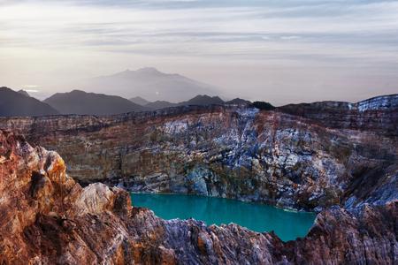 青緑色の火山湖。ケリムツ。