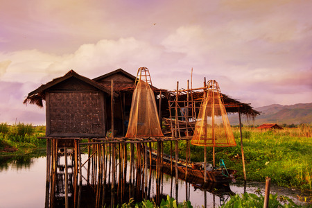 ミャンマー、アジアの浮動小数点の村。インレー湖の竹小屋。放浪癖。