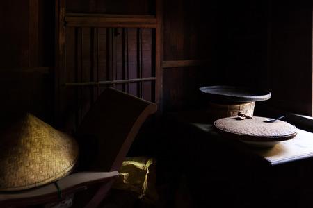 木製の椅子、テーブル、木製の帽子。アジア農村の静物。