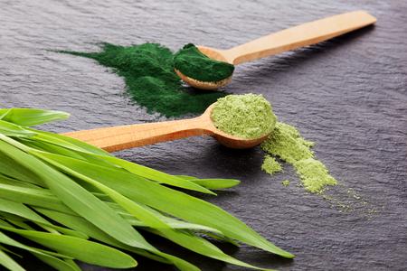 Detox.Chlorella und Wheagrass ergänzen. Gemahlenes pulverisiertes Chlorella und Gerstengras. Nahrungsergänzung. Superfood-Konzept. Standard-Bild