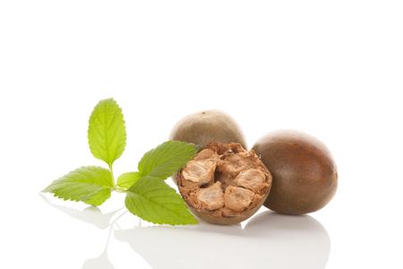 Monk fruit natuurlijke zoetstof op witte achtergrond. Luo Han Guo.