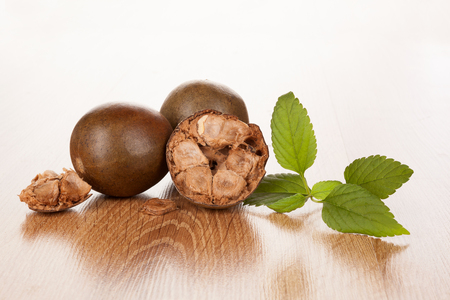 Luo Han Guo aka Monk fruit natural remedy on wooden background. Powerful healthy sweetener. Banque d'images