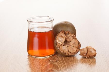 Luo Han Guo aka Monk fruit natuurlijke remedie op houten achtergrond. Krachtige gezonde zoetstof.