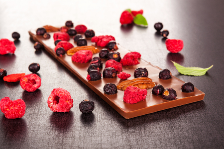 Luxury chocolate bar with healthy freeze-dried berries. Standard-Bild