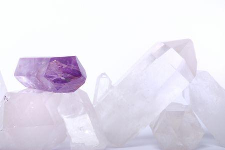 gemology: Ametista eccitata su cristalli di quarzo - pietre semipreziose vengono utilizzati per i gioielli e anche in esoterica e medicina alternativa Archivio Fotografico