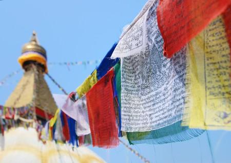 prayer tower: Dettaglio di flag su stupa buddista Archivio Fotografico