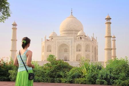 Młoda kobieta podziwia turystycznych Taj Mahal